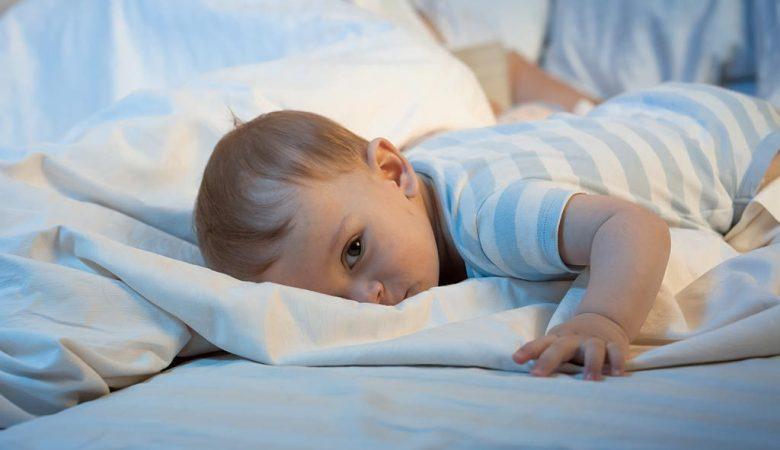 10 دلیل رایج اینکه چرا کودکان در شب بیدار می شوند
