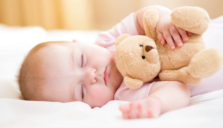 روش صحیح خواباندن نوزاد: خطرات و عوارض خواباندن به پهلو
