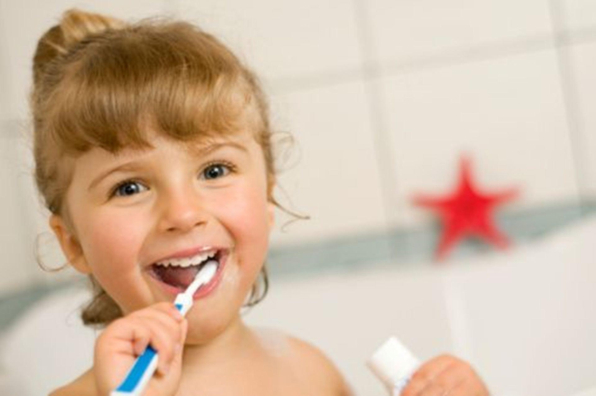 چند بار در روز باید دندانهای نوزادتان را مسواک بزنید؟