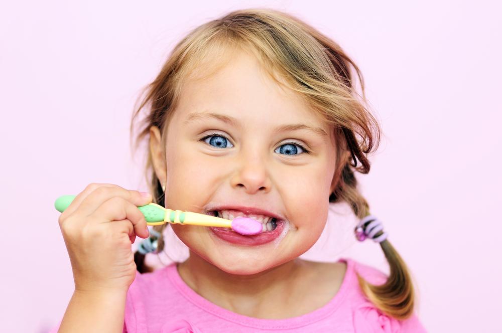 مسواک زدن دندان کودکان: چه موقع و چگونه این کار را انجام دهیم؟
