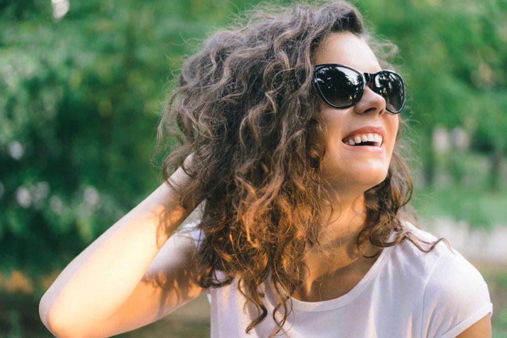 چگونه موهای مجعد خود را فورا مرتب کنید