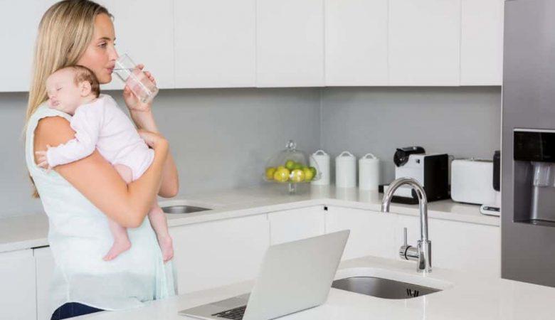 در دوران شیردهی باید چه مقدار آب بنوشید؟