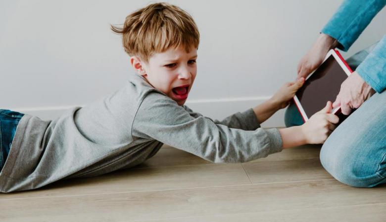 3 مرحله ساده برای پایان دادن به زمان نگاه کردن کودکان به صفحات نمایش؛ بدون دعوا و سر و صدا