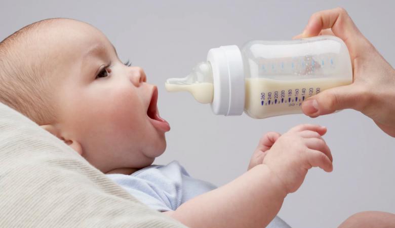 چگونه بفهمیم نوزاد به اندازه کافی شیر خشک خورده است؟+جدول میزان شیر خشک مورد نیاز کودک