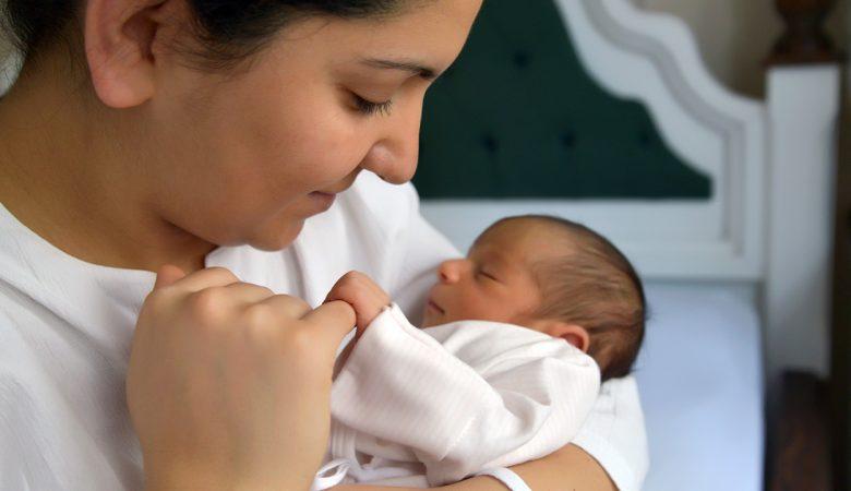 بررسی رشد نوزاد از بدو تولد تا 1 ماهگی؛ مواردی که باید نگران رشد نوزاد تازه متولد شده باشید