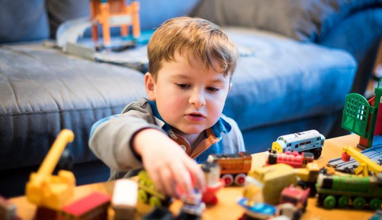 مزایای داشتن اسباب بازی کمتر برای کودک؛ آیا تعداد اسباب بازی بر کیفیت بازی بچه تأثیر می گذارد؟
