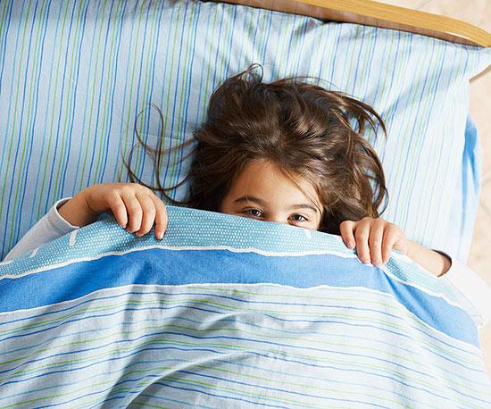 چه کاری باید انجام دهید وقتی کودکتان در رخت خواب خود وحشت دارد