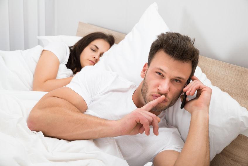 10 نشانه مخفی خیانت شوهر و کارهایی که باید انجام دهید
