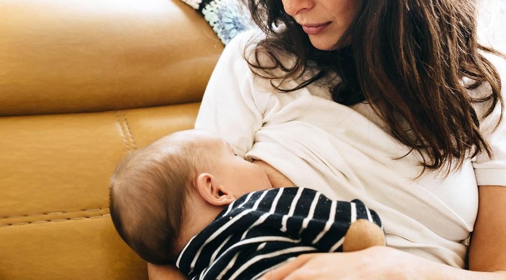 نگرانی های شایع در خصوص تغذیه با شیر مادر در مورد اندازه و شکل سینه ها