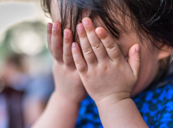 چطور به کودک خجالتی برای صحبت کردن با کودکان کمک کنیم