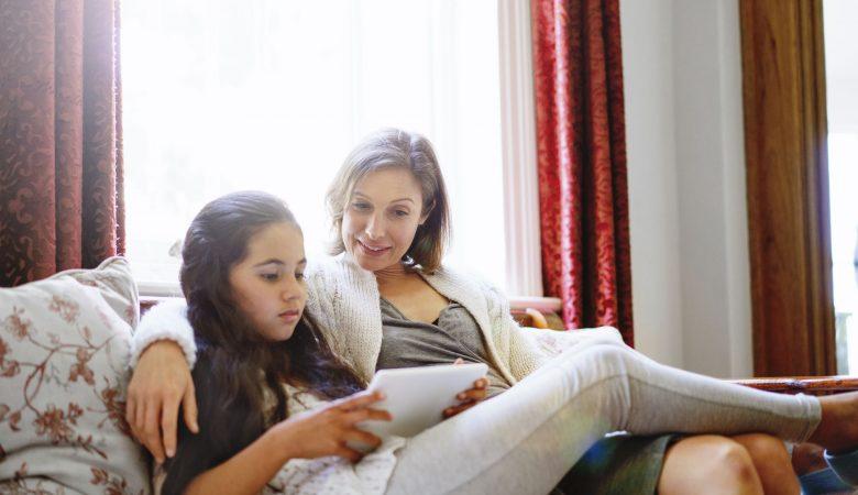 چگونه دخترتان را برای اولین پریودش آماده کنید؛ آموزش دختران برای مواجه شدن با اولین قاعدگی