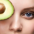 """8 مزیت فوق العاده """"روغن آووکادو"""" برای پوست + 5 روش استفاده از """"روغن آووکادو"""" برای پوست"""