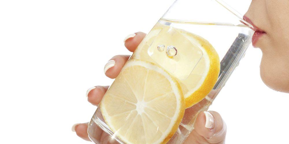 9 فایده نوشیدن آب لیمو در دوران شیردهی؛ آیا مصرف زیاد آبلیمو در حین شیردهی خطرناک است؟!!!