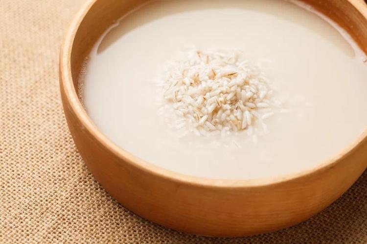 فواید آب برنج برای مو