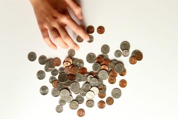 درباره آنچه که باعث تغییر در مسائل مالی خانواده شده و اینکه چگونه با آن مواجه خواهید شد، با فرزندانتان صحبت کنید