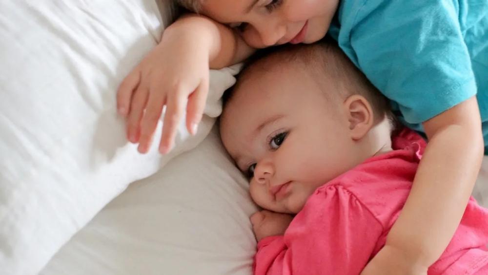 """9 روش تربیتی برای پرورش خصلت """"مهربانی"""" در کودک"""
