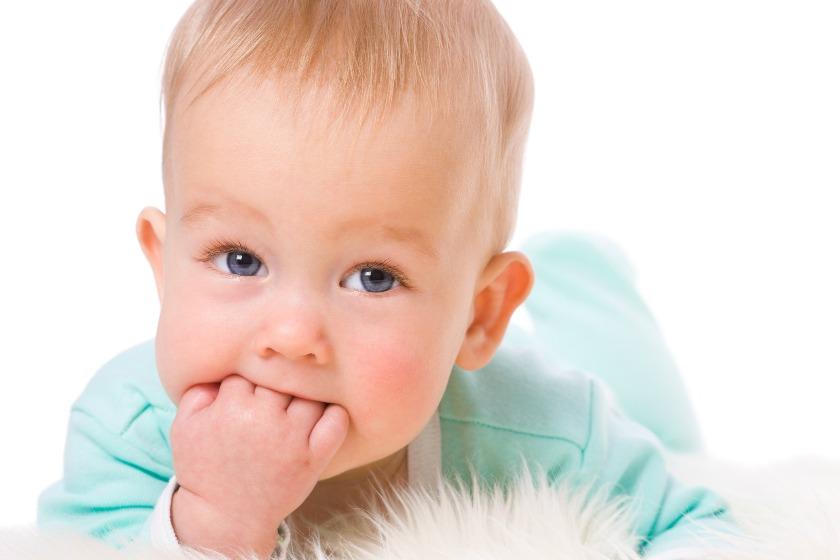 آیا دست مکیدن کودک نشانه گرسنگی است؟