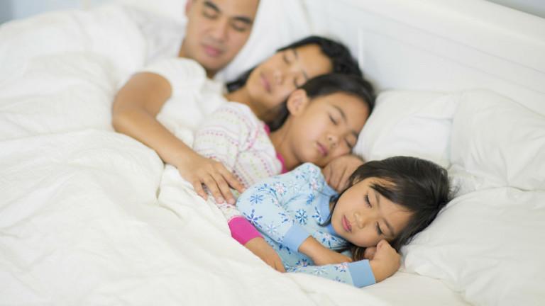 روی اهمیت خوابیدن پدر و مادر در یک تخت تاکید کنید