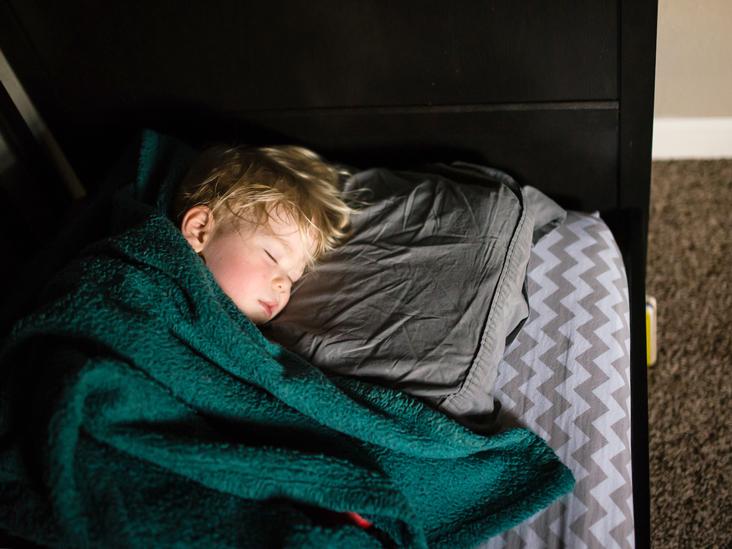 نکاتی برای خواباندن کودک در تخت و اتاق خودش