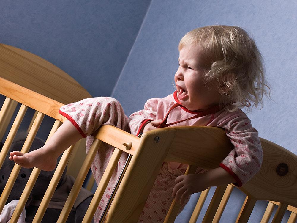 کودک را متوجه کنید که محل خواب او کاملاً امن است