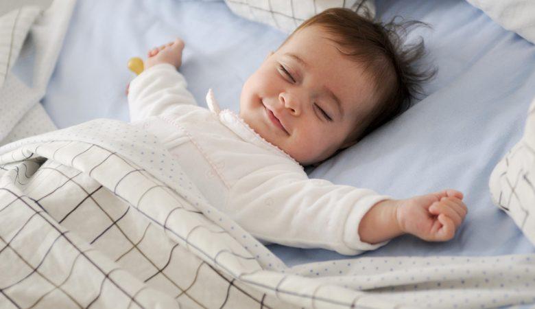 4 راه حل برای عادت دادن کودک به خوابیدن در تخت خواب خودش