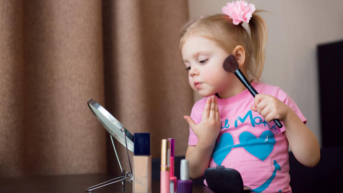 برای منع استفاده کودکان از لوازم آرایش با فرزندتان منطقی صحبت کنید