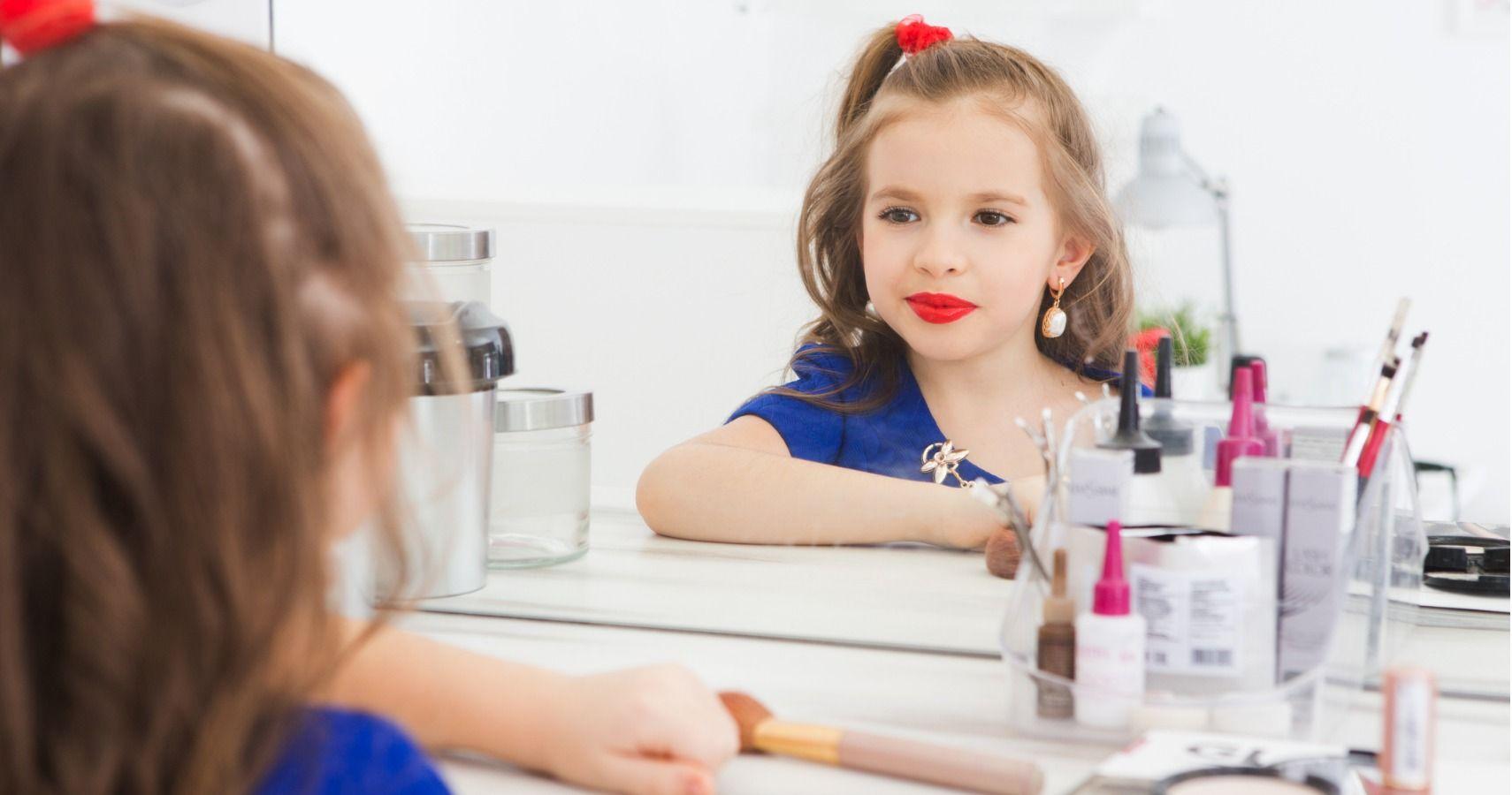 برای منع استفاده کودکان از لوازم آرایش لوازم آرایشی رنگارنگ و وسوسه انگیز را در مقابل چشمان کودک قرار ندهید