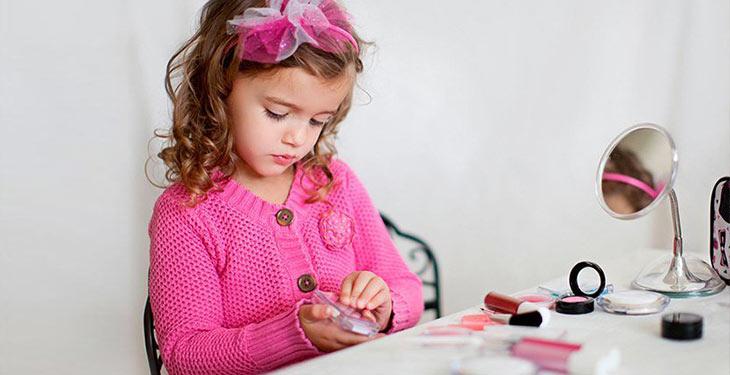 برای منع استفاده کودکان از لوازم آرایش جایگزین مناسب لوازم آرایش برای کودک داشته باشید