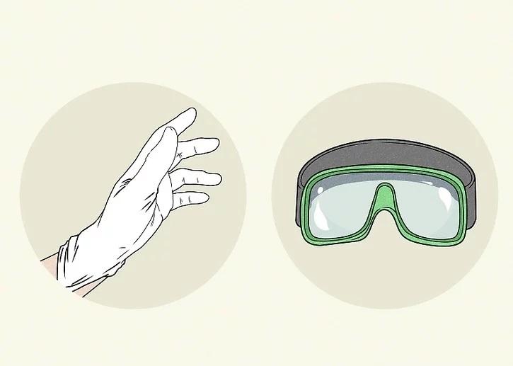 استفاده بی خطر از سفید کننده با دستکش پلاستیکی و محافظ چشم
